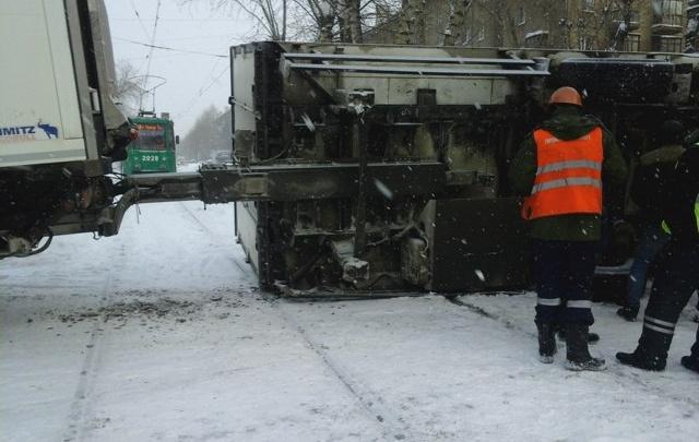 Прицеп грузовика перевернулся на трамвайных путях на улице Котовского