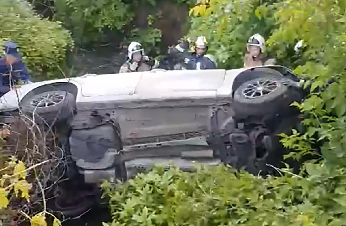 Автомобиль упал набок