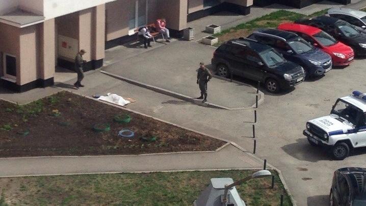 На Краснолесья женщина погибла, выпав из окна жилой высотки