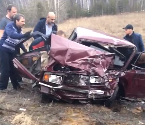Из раскуроченного автомобиля пострадавших вытащили очевидцы