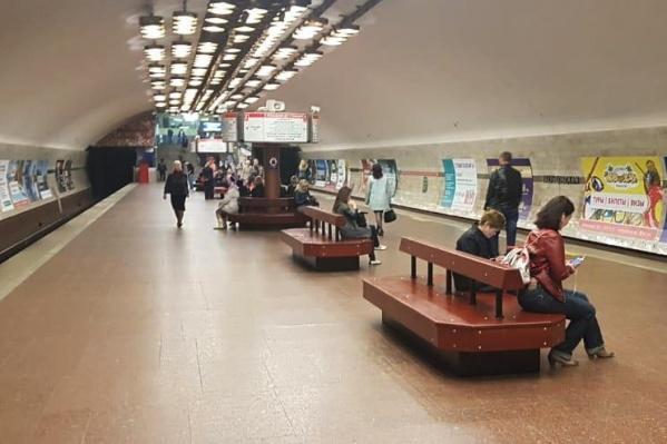 Новые скамейки на станции метро «Заельцовская»