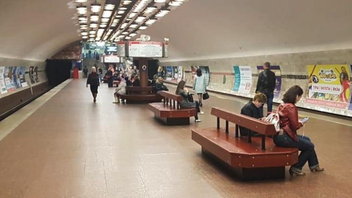 Со станции «Заельцовская» убрали старые скамейки