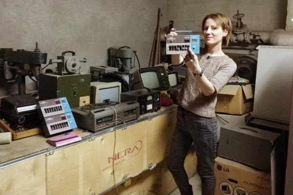 В руках у Елены Воротниковой, директора музея НГТУ, кнопка вызова преподавателя от аппарата НЭТИ-11