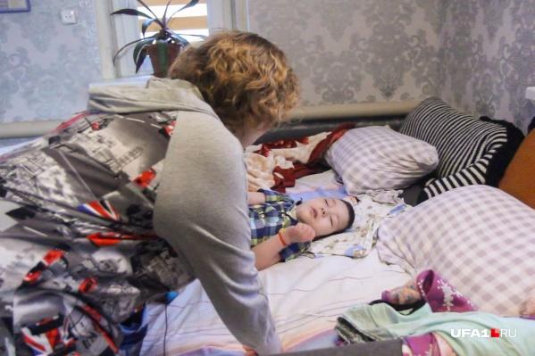 Мать всё свободное время ухаживает за больным ребенком