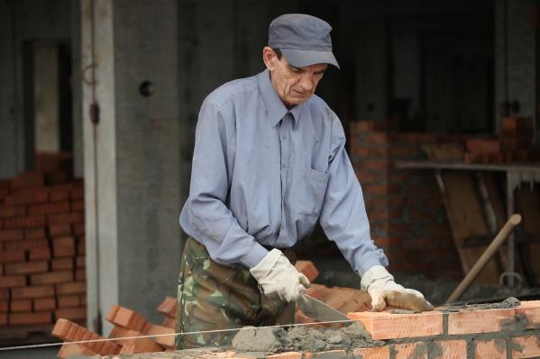 По данным исследования, в стране недостаёт машинистов автокрана, бетонщиков, кровельщиков и плотников. Предложения по зарплате у них выше, чем у других специалистов— от 80 тысяч рублей