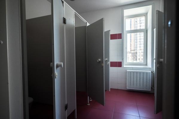 Директор школы уверяет, что дети могли воспользоваться индивидуальными туалетами, которые есть на каждом этаже