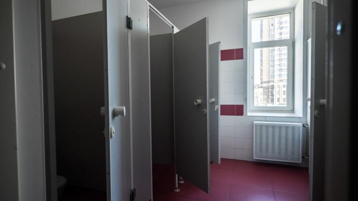 Теперь точно не списать: из туалетов новосибирского лицея перед ОГЭ пропали двери