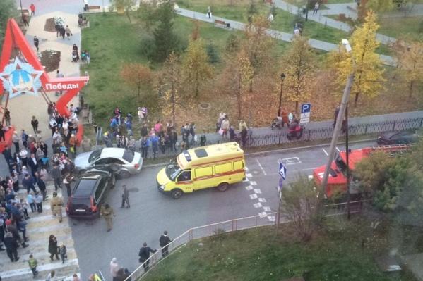 Машина с неадекватным водителем едва не влетела в сквер Победы, где гуляло много детей