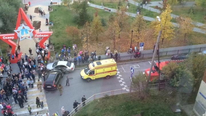 У сквера Победы неадекватный водитель протаранил несколько машин, люди успели отбежать