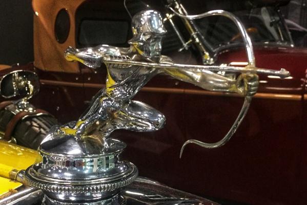 Копия «Серебряного Лучника» находится на капоте авто американского президента
