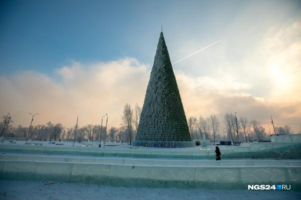 Так выглядела ёлка на Татышеве в прошлом году