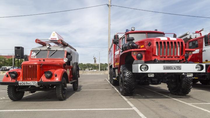 На парковке«Волгоград Арены» выстроили квадрат из пожарных«Уралов» и «Газов»