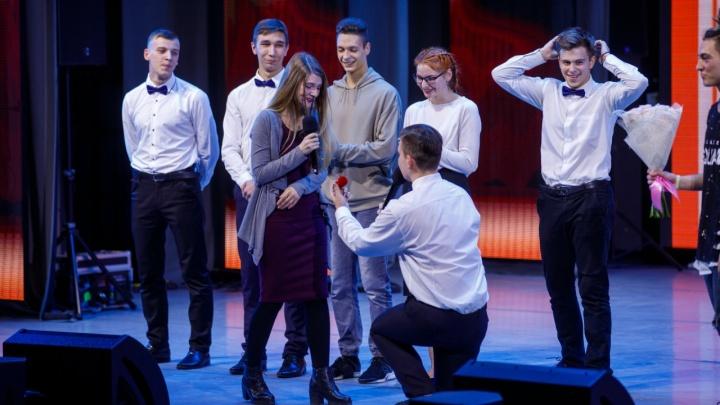 Первокурсник СФУ сделал предложение возлюбленной со сцены во время юмористического конкурса