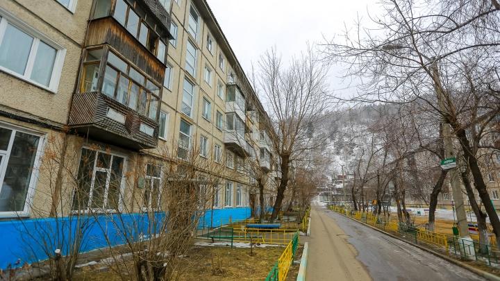 Во дворе у красноярца выхватили сумку с миллионом рублей