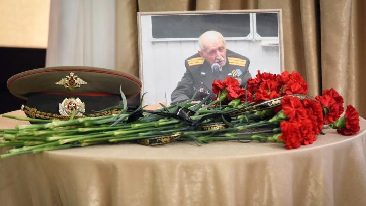 «Просил увезти его на места боев»: в Волгограде проводили участника парада Победы Анатолия Козлова