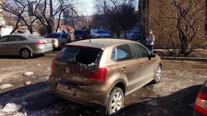 Снег рухнул на припаркованный автомобиль и выбил заднее стекло
