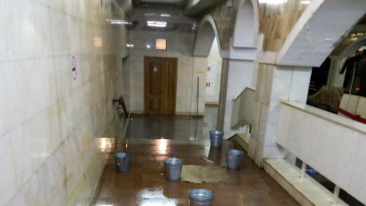 «Рухнет потолок и кого-нибудь убьёт»: в Волгограде протекает станция скоростного трамвая «Ельшанка»