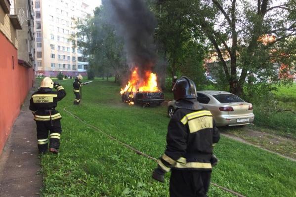 Пожарные несколько дней подряд тушат машины в Брагино
