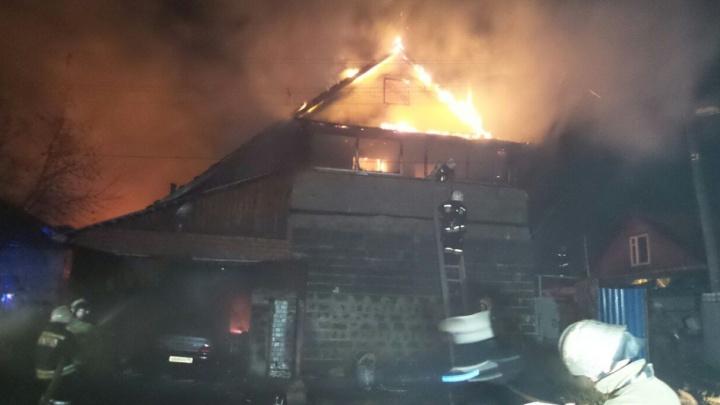 Жену ищут в обломках: на Сортировке в крупном пожаре погиб мужчина