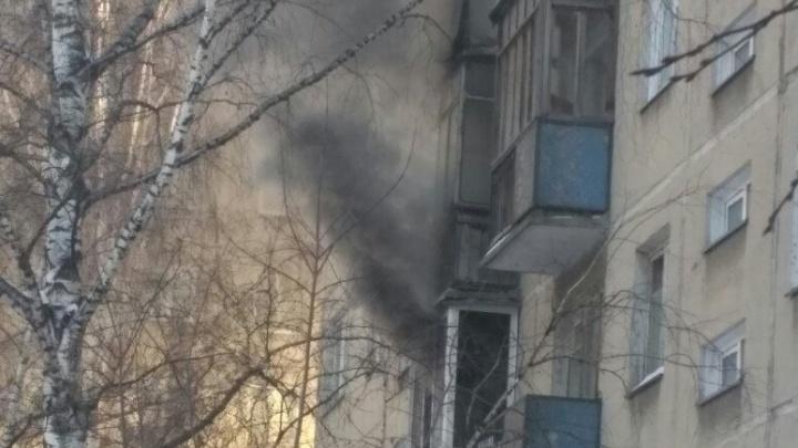 Пожарные спасли одиннадцать человек из горящего дома в Центральном районе