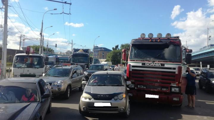 Две аварии парализовали выезд с Фабричной и Красного проспекта