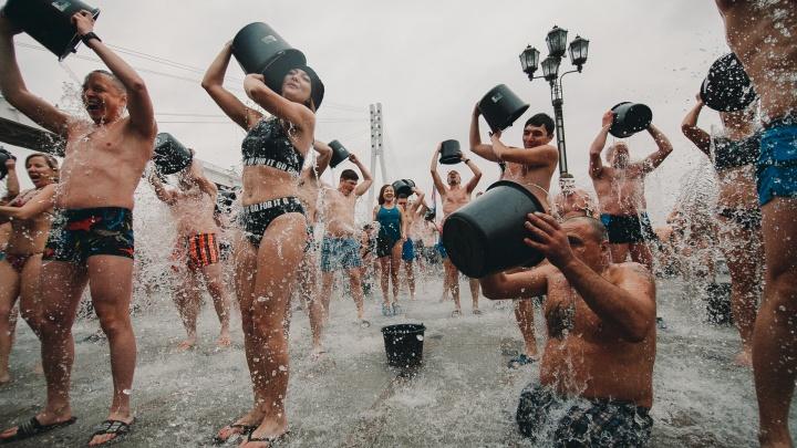 Массовое закаливание, заплыв моржей и концерт: смотрим, как тюменцы отметили День народного единства