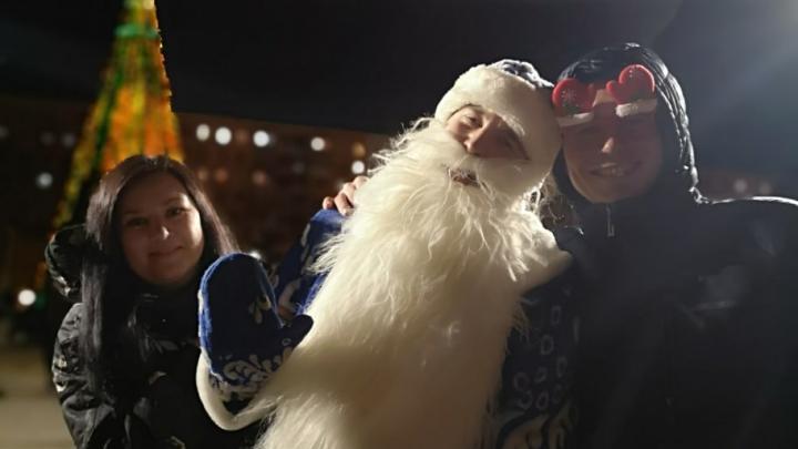 «Стал нашим суперменом»: волгоградец в костюме Деда Мороза спас организаторов Нового года от провала