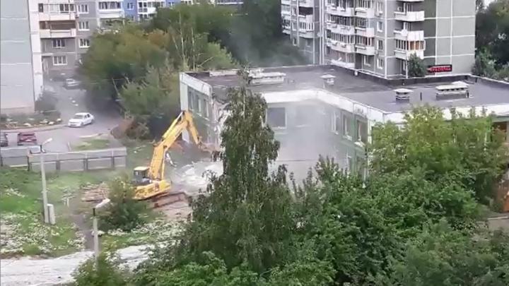 В центре Екатеринбурга экскаватор начал крушить детский сад и бассейн