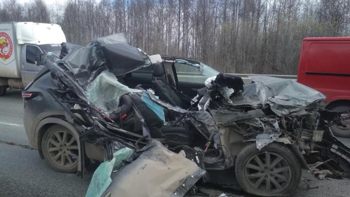 На Западном обходе Перми иномарку расплющило от удара об фуру: водитель не пострадал
