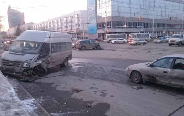 Массовое ДТП в Уфе: маршрутка столкнулась с иномаркой и внедорожником