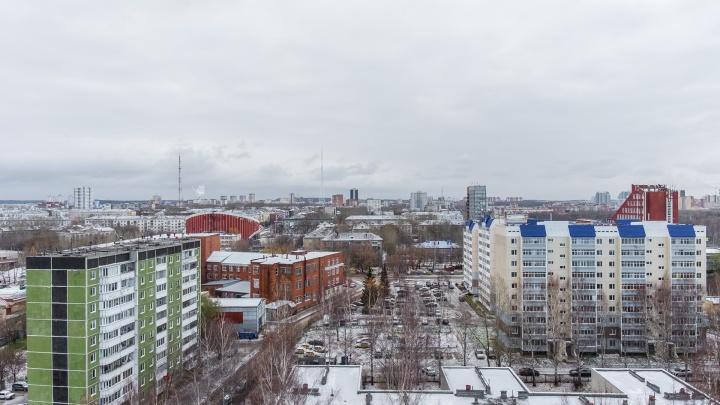 В пермской многоэтажке обрушилась крыша балкона технического этажа