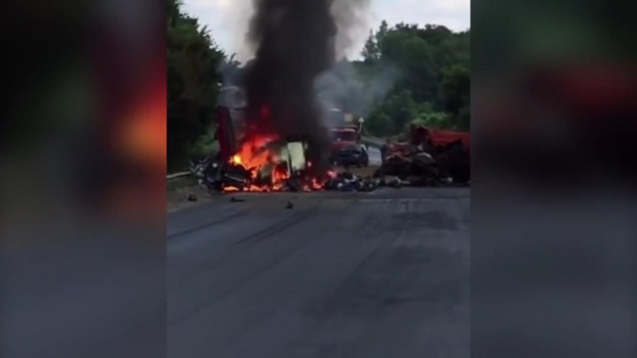 Адское пламя и чёрный дым: появилось видео с места ДТП на М-5 с участием КАМАЗа и фуры