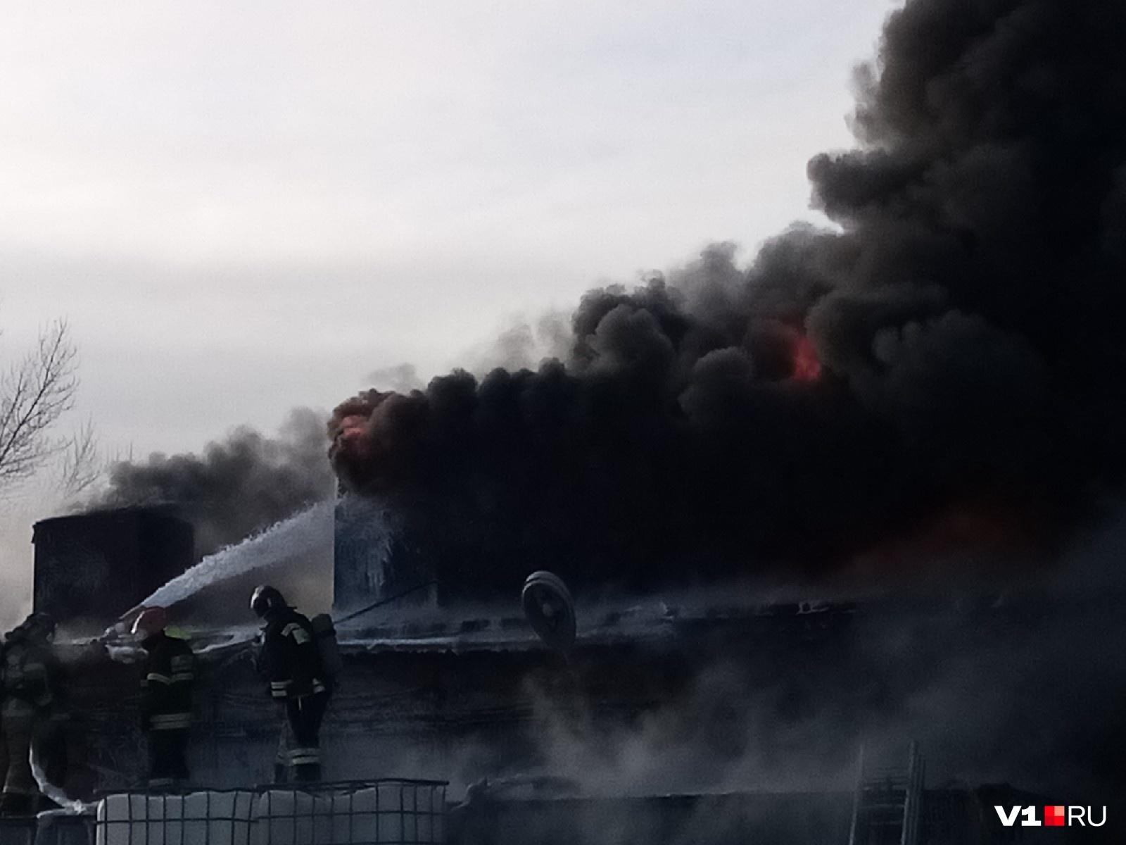 Огонь периодически усиливается после взрывов банок с продукцией