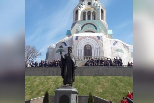 Памятник князю Владимиру расположили перед Софийским собором