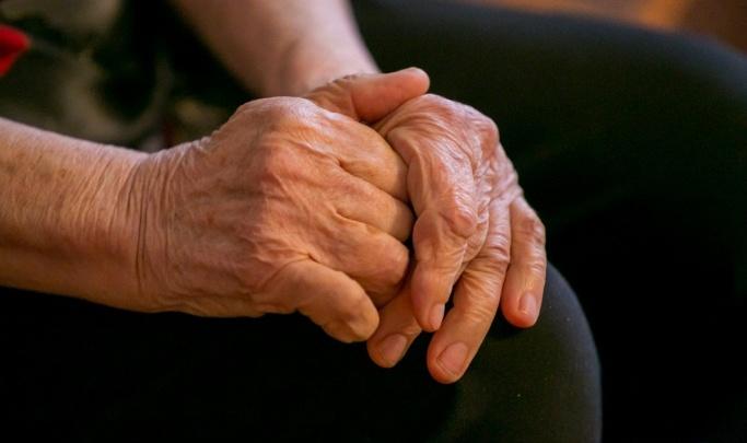 Две женщины убедили пенсионерку в наложенной порче и украли ее пенсионные накопления