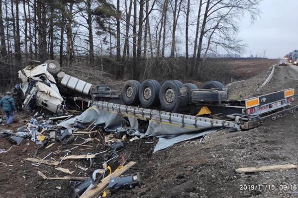 По словам очевидцев, водитель фуры выпрыгнул из кабины до того, как машина перевернулась