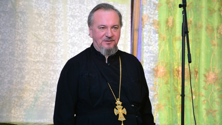 Священника, которого поймали на езде без прав, отстранили от службы