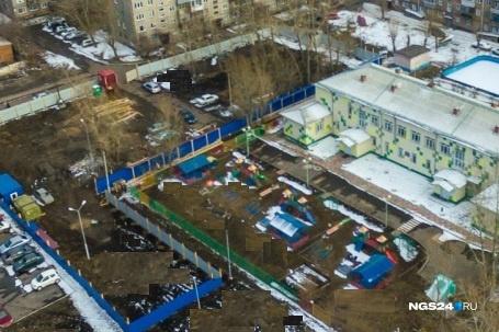 За синим забором рядом с детсадом в апреле началась стройка жилого дома