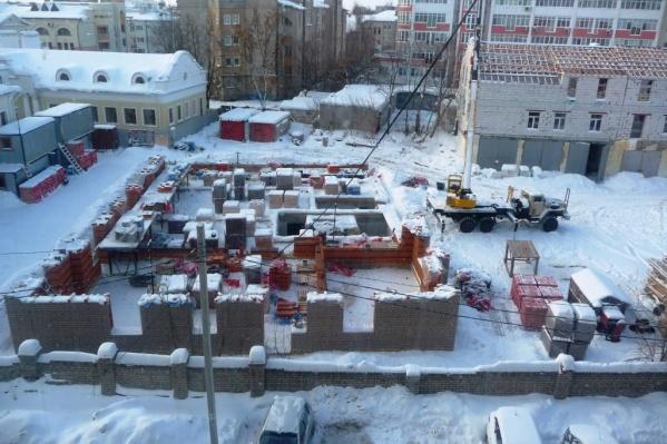 Новый дом почти наезжает на здания по соседству