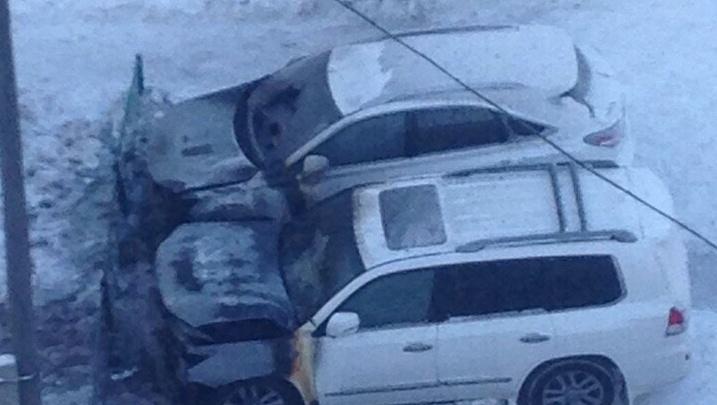 На Московском тракте ночью подожгли два автомобиля Lexus