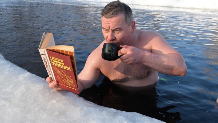 А вам слабо? Екатеринбургские моржи выпили кофе и почитали Шопенгауэра в ледяной проруби