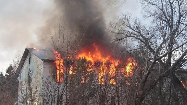 Крыша провалилась: на Гая — Николая Панова горело здание воинской части