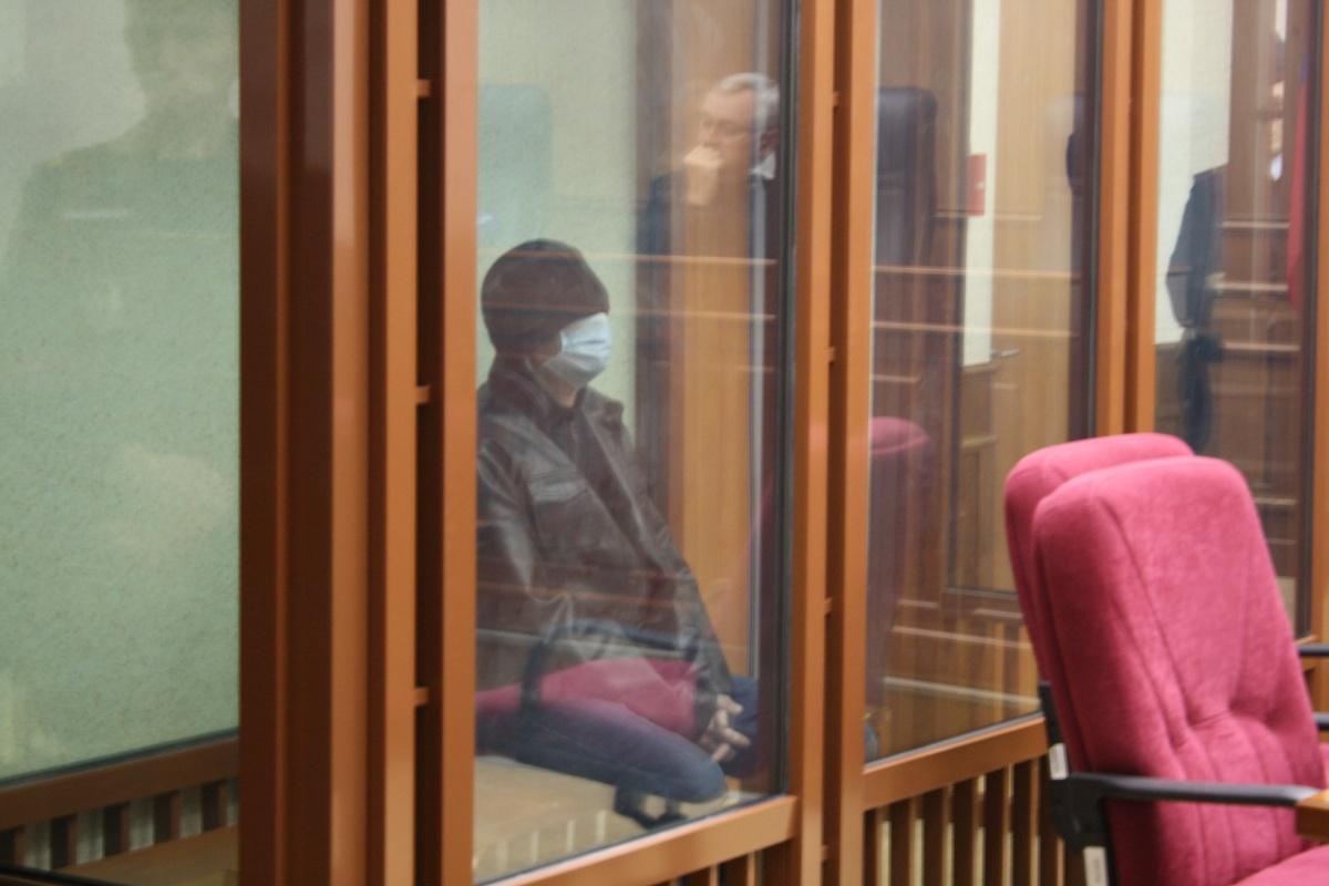В зале суда Агеев закрыл лицо медицинской маской