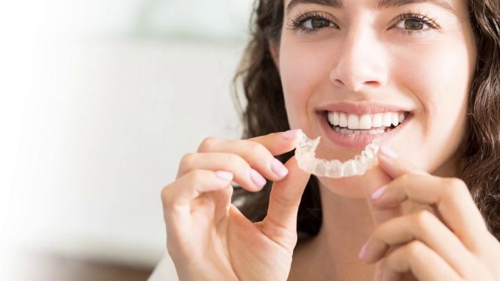 Хочу ровные зубы, но не хочу носить брекеты: как стоматологи исправляют прикус прозрачными пластинками