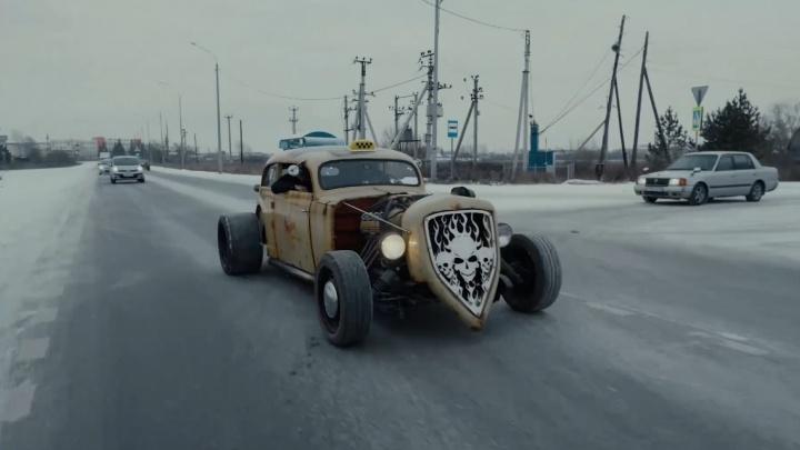 Тачка из «Безумного Макса» и известная блогерша за рулем: по Тюмени ездило необычное такси