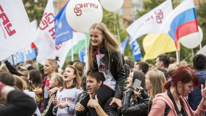 Сотни студентов с флагами прошли парадом по центру Новосибирска (фоторепортаж)
