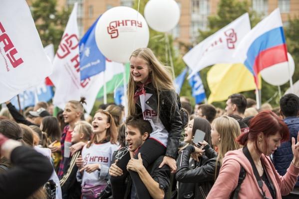На парад пришло около двух тысяч первокурсников из разных учебных заведений Новосибирска