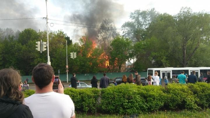 В северной части Уфы загорелся двухэтажный дом