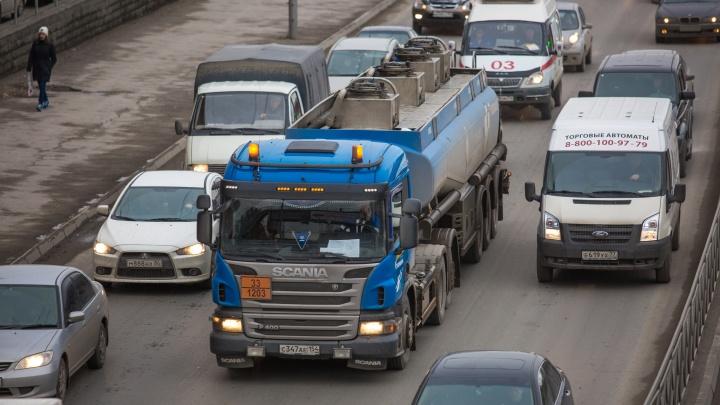 Пробка во все стороны: на Сибиряков-Гвардейцев погасли светофоры