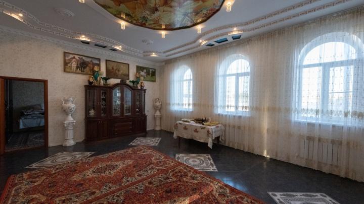 Атланты, львы, ковры и лепнина: смотрим красоту цыганских дворцов Волгограда